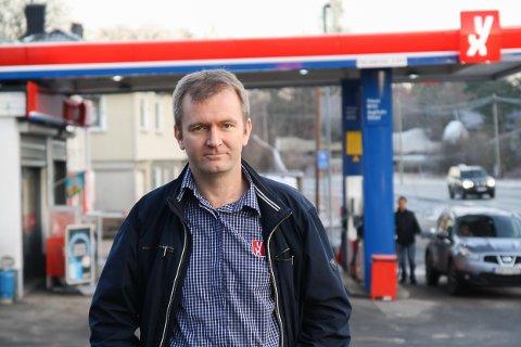 Gjerstad har 32 offentlige ladestasjoner til elbil, mot 24 i Risør. Morten Prestahgen driver YX i Gjerstad, der det finnes 8 ladestasjoner.