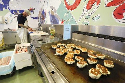 Fiskekakeregel: Et av de nye kravene myndighetene stiller til Risør Fiskemottak, er at Fiskeridirektoratet til en hver tid vil vite hvor mye, og hvilken fiskesort, som befinner seg i fiskekakene som stekes.foto: stig sandmo