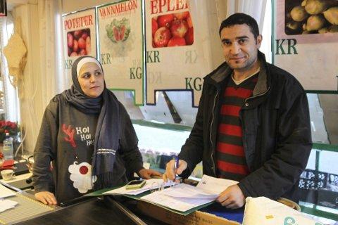 FORNØYDE: Ekteparet Rania Alkatib (t.v.) og Mohammed Dagdoub er fornøyd med den første tiden etter at Risør Mat åpnet i Krags gate. De forteller at kundene flest er etnisk norske.