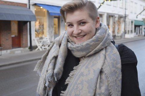På bytur: Malene Aspesæter har tilbragt jula hjemme hos mamma og pappa Aspesæter i Hoppehagen, men har vært flere turer ned i Risør. – Jeg føler fortsatt sterk tilhørighet til dette distriktet, selv om jeg har bodd sju år borte, sier hun. foto: lha