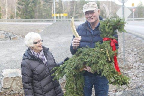 LYKKELIG GJENFORENING: Da mørket hadde lagt seg mandag kveld, ble julebukken levert tilbake til Eli (til venstre) og Egil Trondal.