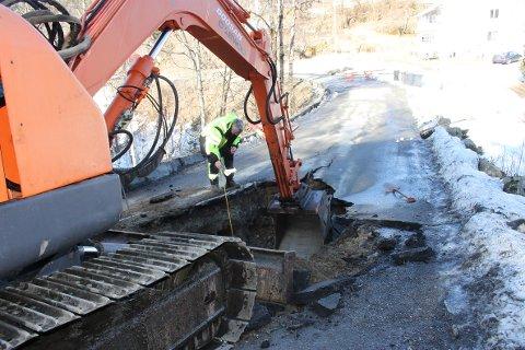 VEIEN RAST UT: Det jobbes nå med å få vannet tilbake til husstandene på Akland. Bildet er tatt søndag