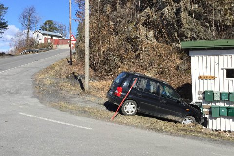 MØTTE VEGGEN: En personbil kjørte ut ved Hopestrand i Risør torsdag ettermiddag. Årsaken til ulykken er ukjent.