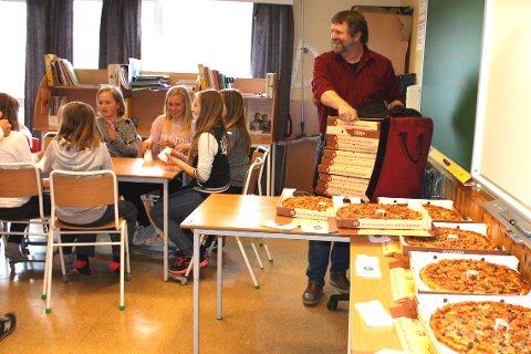 GRUNN TIL Å GLISE: Både faglærer i matematikk, Ole Jacob Aspesæter (t.h), og elevene som fikk pizza på seiersfesten.