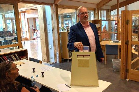 STEMT: Ordfører Per Kr. Lunden var blant de siste som fikk stemt i dag, da han besøkte valglokalet rett over halv åtte i kveld.