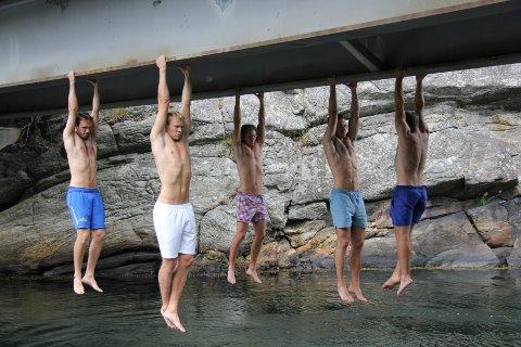 FORBEREDELSE TIL FOTBALLKAMP: Armheng under Sundsbrua. Fra venstre: August Nysted, Jacob Hylin, Fredrik Bjerke, Torbjørn Krogstad og Henrik W. Horjen.