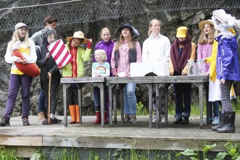 KUNSTPARKENSKOGEN: Fra venstre: Johanne (Reven), Erika (Petter pinnsvin), (bak) Sebastian Aanonsen (musiker og Elgen), Isabella (Stabbursmus), Synne (Bestemor skogmus),  Lilly (Morten skogmus), Johanne (Bamsefar), Stella (Brumlemann), Heidi (Bjørnemor), Johanne (Bakermesterharepus) og Elise (Bakergutten). Ida (Klatremus) var ikke tilstede da bildet ble tatt søndag.Foto: Ole Henrik Hansen