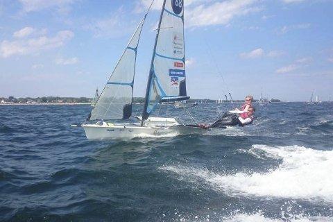 STARTEN: Mads og Tomas Mathisen fra Risør har de siste dagene seilt Kieler Woche, hvor det ble 11. plass av totalt 22 båter. Det var guttenes første regatta i den nye båtklassen 49er FX.