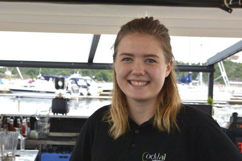 PÅ TILBUDSSIDEN: Julie Trulsvik Rasmussen har sommerjobb på Pir1 i Risør, men har også store planer for hva hun skal bli når hun blir voksen.Foto: Hans Petter Bjerva