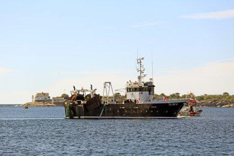 Reketråleren blei tatt under slep 13 nautiske mil utenfor Risør.
