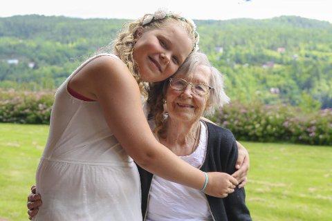 89 år forskjell: – Du er den beste, Besta! Adina (11) er oppkalt etter sin spreke oldermor som fyller 100 år i dag. Hun er rimelig stolt av oldermoren sin, og har litt å leve opp til.  Foto: Marianne stene