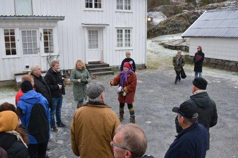 LANG OG VOND KONFLIKT: Her er politikerne i Risør på befaringen på eiendommen til Cathrine Høst på Søndeled Store.