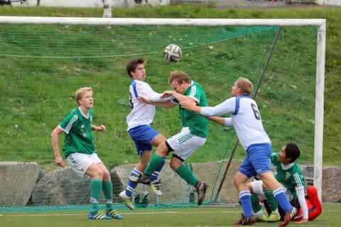 FIKK JULING: Marius Aasbø i duell med to Birkenes-spillere. I bakgrunnen står Andreas Holmegård, som var nær ved å sette inn 1-0 etter et hjørnespark tidlig i kampen.