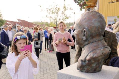 Sara Larsen (11) tar bilde av sin tippoldefars byste.