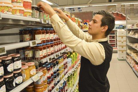 I LÆRE: Sindre De Bartolo (17) har jobbet på Eurospar Brokelandsheia siden han var 14-15 år, og i høst startet han som lærling i salgfaget samme sted etter ett år på salg og service. Om tre år skal tenåringen fra Gjerstad etter planen ha fagbrev. Det er han ikke alene om på populære dagligvarebutikken ved E 18 i Gjerstad.