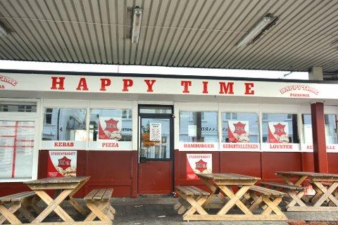 STENGES IKKE: Gatekjøkkenet Happy Time i Risør har dervet matservering i over ett år uten pliktig serveringsbevilgning.