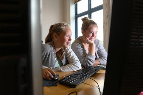 JOURNALISTER FOR EN DAG: Silje Stiansen Hauglid (til venstre) og Tuva Nyland Hartvigsen.