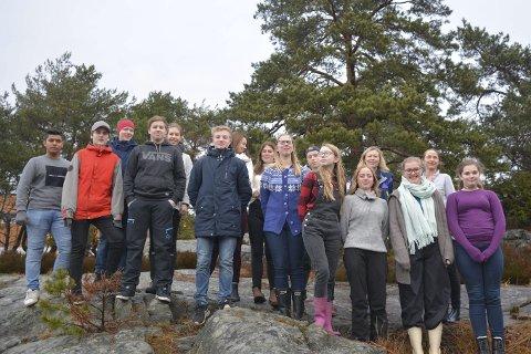 TURGLADE: Elevene i 10.-klasse på Risør ungdomsskole, som tar valgfag «Natur, miljø og friluftsliv», overtar ansvaret får «månedens turtips» fra kommunen.Foto: hp bjerva