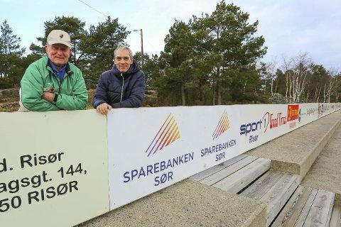 Lang lang rekke: Jan Jacobsen og Christian Axelsen har stått på for at 120 meter med reklame nå er på plass på Kjempesteinsmyra. – Dette er solide saker som tåler vær og vind, sier Axelsen.alle foto: stig sandmo