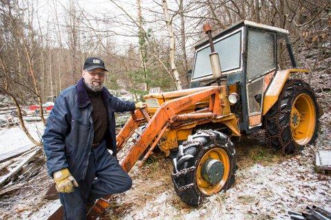 - Her har den stått i flere år, sier Jan Egil Larsen om traktoren som bomselskapet mener har vært på tur i Porsgrunn.