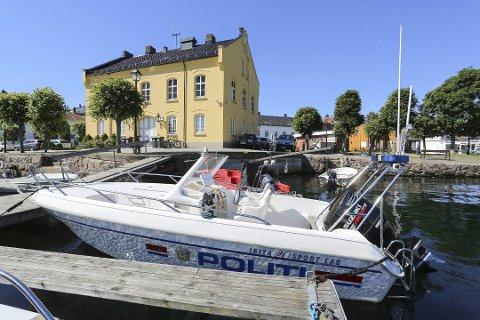 BURDE LIGGE UTE HELE ÅRET: Politibåten i Risør er ikke lenger i ordinær tjeneste, men ligger i beredskap deler av året - vel og merke hvis ikke batteriet er flatt. Bildet er tatt i sommer.