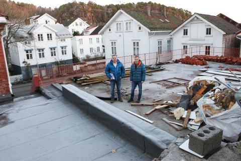 Øyvind Fredriksen (t.h) i Sannidal Utleiebygg kjøpte den såkalte Meierigården i Risør fjor høst.