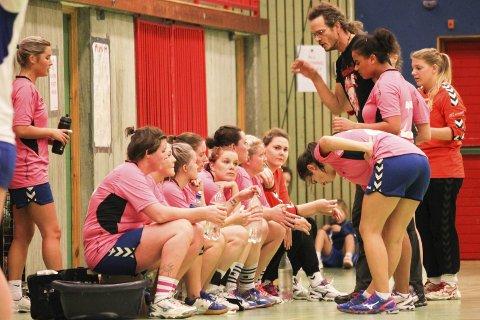 KLEDD FOR DAGEN: Risør kvinnelag, her mot Birkenes på fjorårets «Rosa dag», stiller i rosa drakter i naboduellen med Tvedestrand. Det er bare én av mange kamper på søndag.