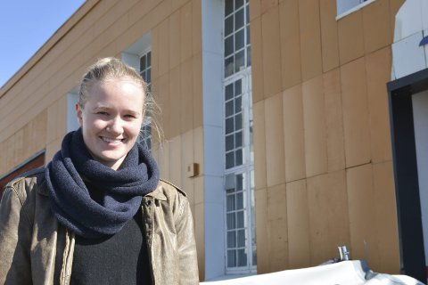 Prisvinner: Sunniva Haugen Breidvik (27) fotografert foran maskinhallen på Holmen. foto: Hans Petter Bjerva