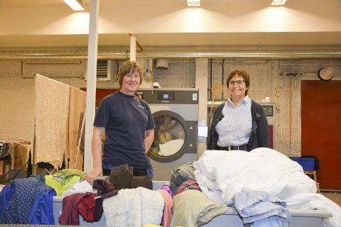 VASK: Resolve har fått inn over 300 oppdrag etter flommen traff Sørlandet sisthelg. Blant oppdragene er vasking av klær og tekstiler til personer som ble rammet. Her Anne Røisland og Anne Hudalen (t.v.). Foto: HPB