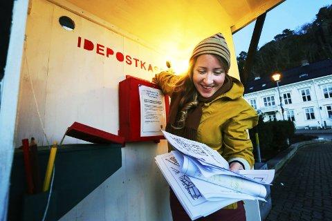 Idérike risørfolk: RUV-leder Tine Karlsvik smiler fornøyd når hun tømmer idepostkassa på torvet for siste gang. – Det har kommet inn forslag fra folk i alle aldre. Det er veldig moro at risørfolk har engasjert seg så mye i hvordan torvet skal bli i framtida, sier hun.foto: stig sandmo