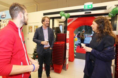 To minutter før åpning ankommer Elen Lauvhjell, til glede for butikksjef Kenneth Aslaksen og etableringsdirektør Gunnar Børresen.