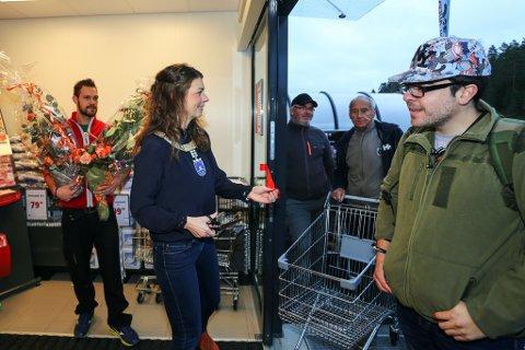 Butikksjef Kenneth Aslaksen (til venstre) hadde hendene fulle med blomster. Fungerende ordfører Elen Lauvhjell hadde hendene fulle med å klippe den røde snora, mens første kunde Alan Skogsholm (til høyre) hadde hendene i lommene etter en time i kø.