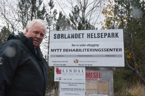 KAMPANJE: Yngve Tørrestad vil tvinge igjennom en ny behandling av helsehus-saken i bystyret, og bruker en paragraf i kommuneloven for å få det til. Men for å gjøre det trenger han at to prosent av befolkningen i Risør signerer på et opprop.