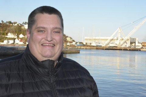 BLODFAN: Ole Henrik Grønn er stor fan av arbeidet til Helga Arntzen, og samlet i høst inn over 22.000 kroner for å gi en rumensk familie et nyt hus.Foto: HPB
