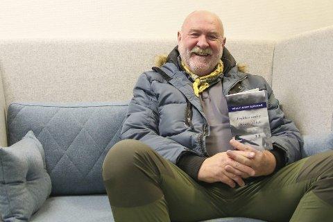 Debuterer som forfatter: I 40 år har den pensjonerte arkitekten Willy Arnt Sjåvaag gått med en historie i hodet. Nå har han endelig ført den i pennen og mellom to permer, og gitt den navnet «Frykten under likkistelokket». Du skal ikke se bort fra at både Gjerstad og Søndeled er representerte i romanen, ifølge forfatteren selv.                                                             Foto: Marianne Stene