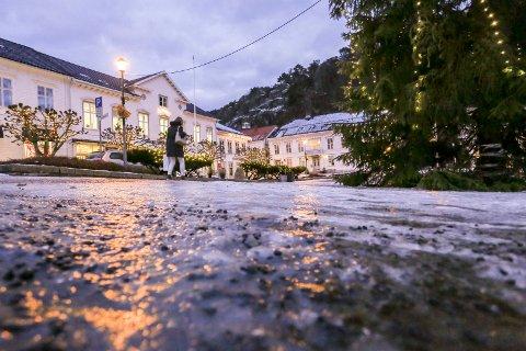 Underkjølt regn skapte skøyteis på veier og fortau denne uka. – Gårdeier har ansvar for å strø skikkelig, ønsker Odd Holum om å minne om. Her fra Torvet i går, som Risør kommune strødde rundt klokka halv ni på morgenen.