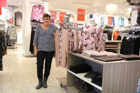 Shoppingsmell: Å gå på en god, gammeldags shoppingsmell er ikke noe som avtar med alderen. Karen Dahlstrøm (65) gjør det fortsatt. Sånn går det når man utsetter seg selv for fristelser dagen lang. Foto: Marianne Stene