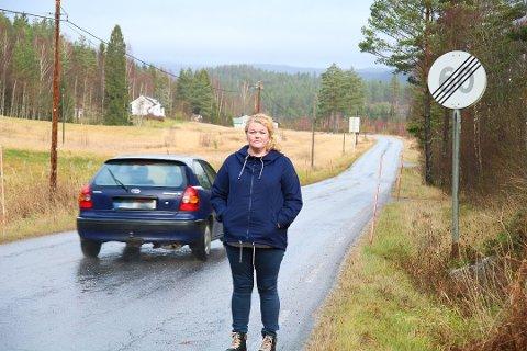 Farlig: Janne Linn M. Haugen er lei av råkjøring på Vålesletta, og vil forlenge 60-sona. Hun får full støtte i formannskapet. Foto: arkiv