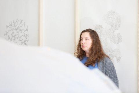 Kunstner Corinna Thornton under åpningen av hennes utstilling i Kunstparken lørdag.
