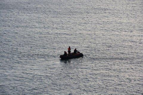 SLITER: Reperasjonene rundt den slitte fiberkabelen i sjøen på utsiden av Flisvika tar lengre tid enn forutsatt. Bildet er tatt tirsdag formiddag, da mannskaper letet etter bruddet. Det skal nå være funnet men arbeidet med å reparere kabelen tar tid.