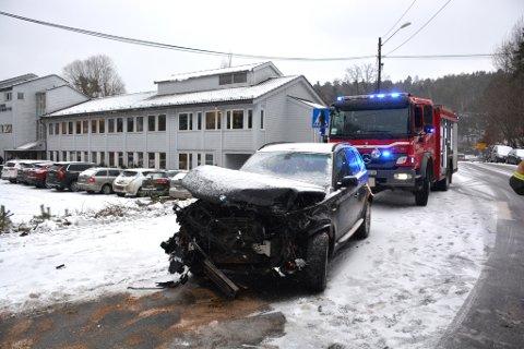 - Bilen kom kjørende fra Krana mot Frydendal da den mistet kontrollen i krysset ved kommunehuset, og kjørte rett i fjellveggen, forteller Jan Olav Lundberg fra Østre Agder Brannvesen.