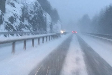 KREVENDE KJØREFORHOLD: Tørr snø og vind har skapt trøbbel på veiene i Aust-Agder og Telemark i dag. Dette bildet ble tatt på E-18 mellom Risør og Tvedestrand i morges.