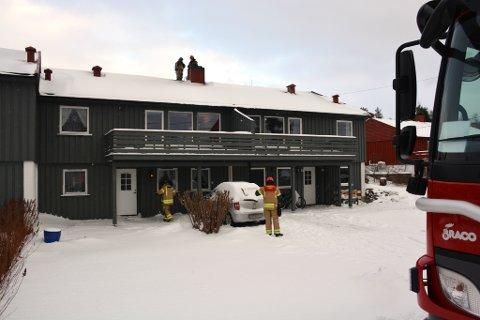 Brannvesenet måtte opp på taket av dette bygget for å slukke en pipebrann i formiddag.