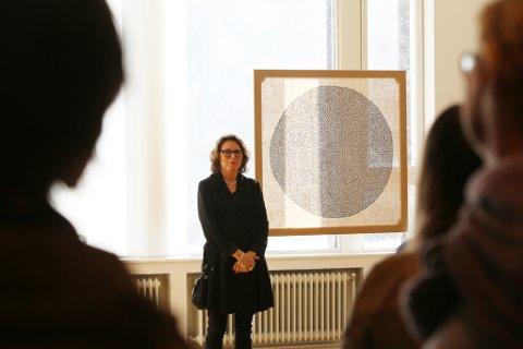 """Burka: Ljones og verket """"Utsikt"""" med inspirasjon fra både hardangerbunad og burka."""