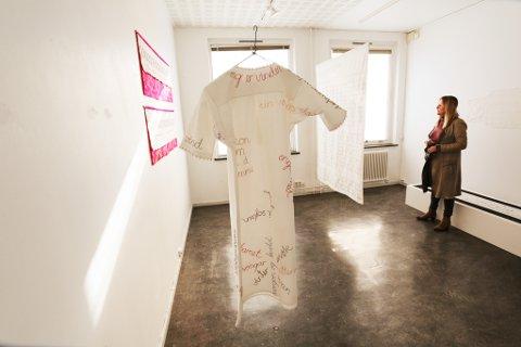 Broderier: En kjole med Jon Fosse-tekster, er blant kunstnerens arbeider i prosjektrommet i Kunstparken.