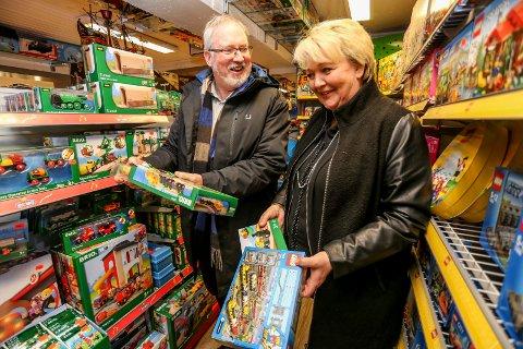 FEIRET MED LEKETOG: Ordførerne Per Lunden fra og Inger Løite feirer ny sørlandsbane med å beundre leketog på Ringo i Risør. Den nye strekningen skal nemlig ikke bygges før de selv er 76 år gamle. Nå vil de jobbe for å fremskynde planene.