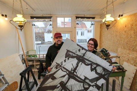 FIKK EN UNDERLIG FØLELSE: Heidi Nylund Larsen (t.h.), her med mannen Rune, gikk til politiet etter et besøk i galleriet i Storgata torsdag.