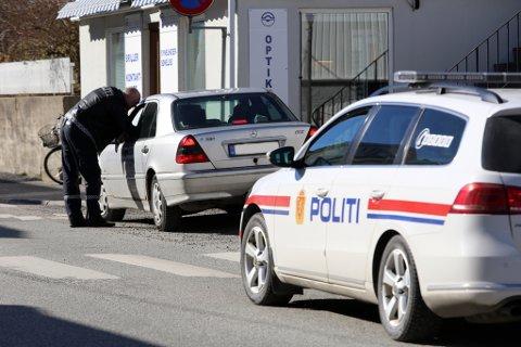Politijakt: Politiet var raskt ute på jakt etter svindleren. Her har de stoppet en bil ved avkjørselen til Smiebakken.foto: stig sandmo