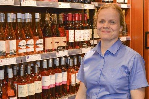 HISTORISK:  Maria Kildahl, daglig leder for Vinmonopolene i Risør og Gjerstad, gleder seg til å kunne holde åpent en dag ekstra i påsken.
