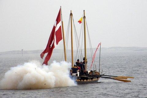 """Kanonjolla """"Østre Riisøer III"""" fyrer av sin kanon."""